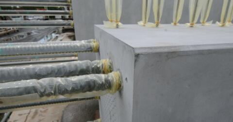 防錆ポリ袋を被せた鉄筋。根元は輪ゴムで留めてある